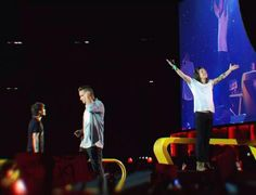 Larry Stylinson Fond 2015 || Louis looking up at his husband on the big screen