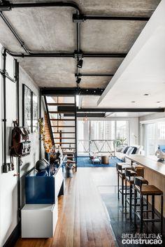 Para emprestar ares de casa ao apartamento com jeito de galpão, a varanda ganhou protagonismo à frente do estar
