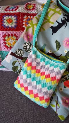Free crochet pattern for tapestry bag - nice inspiration from the blanket at the back, interesting use of granny squares