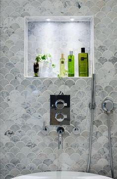 Серая плитка чешуя в ванной комнате | Bathroom fish scale tiles