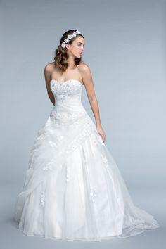 De la douceur et de la poésie avec la robe Balanquin à partir de 399€ chez Tati ! #dress #white  #woman #femme #shoot #shooting #model #mode #fashion #tati #inspiration #mariage #wedding