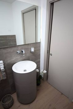 Il bagno di servizio,all'ingresso (di STUDIO PAOLA FAVRETTO SAGL - INTERIOR DESIGNER)