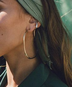 olive head scarf with two naturally shaped organic and textured gold and silver hoops. Conch piercing and earring Street Style Vintage, Casual Chic Outfits, Estilo Hippie, Paris Mode, Hipster Grunge, Schmuck Design, Mode Inspiration, Fashion Inspiration, Looks Style