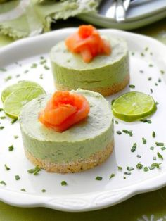 Mini avocado and salmon cheesecakes - Here is a simple, exotic and festive little recipe. These avocado and salmon mini cheesecakes are e - Avocado Cheesecake, Savory Cheesecake, Cheesecake Recipes, Fall Appetizers, Appetizer Recipes, Snack Recipes, Vegan Appetizers, Mini Cheesecakes, Easy Salad Recipes