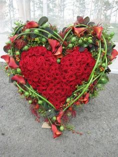 //Flower heart - ready for an excellent Valentine's day! Arte Floral, Deco Floral, Floral Design, Funeral Flower Arrangements, Funeral Flowers, Love Flowers, Beautiful Flowers, Beautiful Pictures, Valentines Flowers