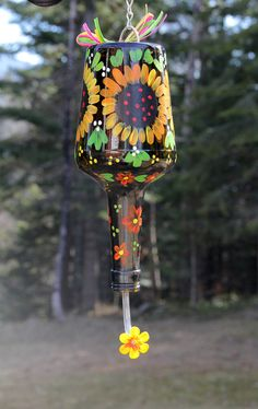 Hand painted Hummingbird Feeder with cheery sunflowers on a brown bottle by RedCottageDesigns on Etsy (Bottle Painting Designs) Diy Bottle, Wine Bottle Crafts, Jar Crafts, Homemade Hummingbird Feeder, Hummingbird Food, Nursing Home Crafts, Humming Bird Feeders, Humming Birds, Recycled Glass Bottles
