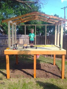 After that came the roof beams — and one excited little toddler! Danach kamen die Dachbalken - und e Backyard Fort, Backyard Playhouse, Backyard Playground, Backyard For Kids, Backyard Landscaping, Cozy Backyard, Simple Playhouse, Backyard Kitchen, Pallet Playhouse