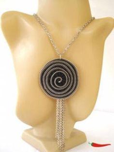A moda é aproveitar tudo, sabe aquele ziper, você pode fazer maravilha com ele olha só esse colar lindo lindo. http://pt.artesanum.com/ ...