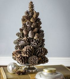 Puristischer Weihnachtsbaum aus Tannenzapfen basteln                                                                                                                                                      Mehr