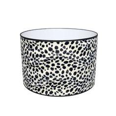 Dalmatier lampenkap. In verschillende maten verkrijgbaar. #babyzebraprint #print #lampenkappen #cilinder #sfeerverlichting #dierenprint #dalmatierstippen #stippen #zwartwit