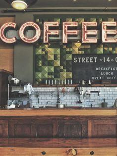 coffee corner met facet tegeltjes met lange brede bar waar je aan kan zitten. ook mooi voor de bar beneden