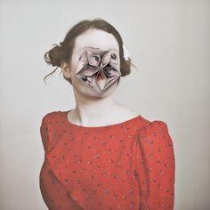ポートレートを幾何学模様に折って作られた心が不安になる作品。自分が被写体になるときに顔が映るのが嫌でマスクなどをしていたのだが、他に何かないか調べて行き着いた結果だそうだ。今度私もやってみたい。