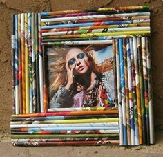 interessanter Fotorahmen - DIY for students - Bilderrahmen Recycled Magazine Crafts, Recycled Paper Crafts, Recycled Magazines, Newspaper Crafts, Recycled Art, Marco Diy, Paper Picture Frames, Magazine Deco, Waste Paper
