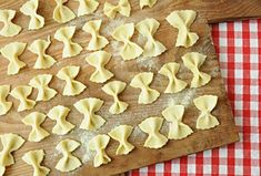 Pasta School Make Farfalle yourself - Gustini - Passione italiana. - Make instructions for the Farfalle yourself - Italian Pastries, Italian Desserts, Italian Recipes, Vegan Mozzarella, English Food, Jam Recipes, Food For A Crowd, How To Cook Pasta, Sushi