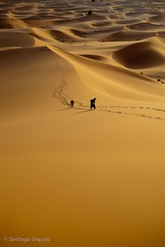 Going up Erg Chebbi | Morocco (by Zalacain)