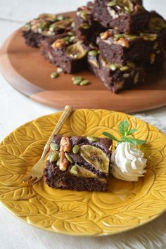 バナナブラウニー by 川島令美 / 完熟のバナナをブラウニーに加えることで、お砂糖は通常の1/3カット。火を加えることでバナナの甘味も増し、濃厚でどっしりとした美味しさに。 / Nadia Bread Recipes, Cake Recipes, Cooking Recipes, No Bake Cake, Waffles, Sweets, Beef, Baking, Breakfast