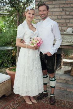 Lange Hochzeitsdirndl in Weiss. Lassen Sie sich von den wunderschönen Dirndln mit Spitze verzaubern. Der Bräutigam trägt eine wunderschöne Weste aus der gleichen Farbe.  Mehr unter www.dirndl-liebe.de