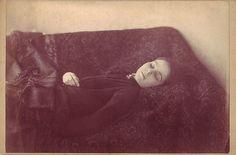 C'est une photo de Loana la buveuse de sang qui est décédée en 1909. Elle serait morte après avoir bu son propre sang.