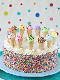 Pastel de varios sabores con pequeños conos de helado encima