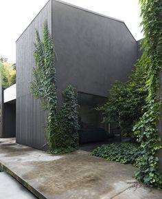 Esterno di casa loft pareti grigio scuro. Panel, Garage Doors, Shed, Outdoor Structures, Casa Loft, Outdoor Decor, Home Decor, Facades, Trendy Tree