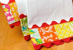 Something quick and easy to brighten up a kitchen. Trimmed Kitchen Towels with Ric Rac From: Sew 4 Home Materials Needed: 2 Solid coloured dish towels Fabric scraps Yards of Jumbo Ric Rac All p… Sewing Tutorials, Sewing Hacks, Sewing Crafts, Sewing Projects, Sewing Patterns, Sewing Ideas, Cool Gifts, Diy Gifts, Tea Towels