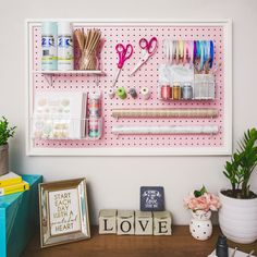 Craft Room Ideas & Organization : Do you keep all your creative pieces on tables… - pegboard Pegboard Craft Room, Ikea Pegboard, Painted Pegboard, Pegboard Organization, Kitchen Pegboard, Craft Rooms, Pegboard Display, Classroom Organisation, Home Decor
