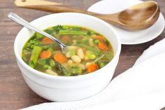 La meilleure recette de soupe aux légumes du printemps (Facile à faire)! Vegetarian Cabbage Soup, Cabbage Soup Recipes, Pulled Pork Seasoning, Crunchy Broccoli Salad, Rice Noodle Soups, Lemon Tahini Dressing, Chickpea Salad Recipes, Spinach Strawberry Salad, Barley Soup