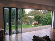 Vetrata pieghevole per veranda : Giardino d'inverno moderno di Le Verande srls