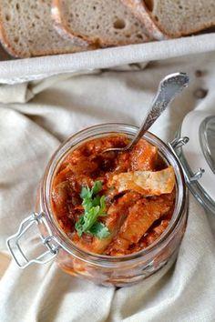Przepis na śledź po kaszubsku. Lekko ostry, sprawdzony przepis Salads, Curry, Ethnic Recipes, Food, Curries, Essen, Meals, Yemek, Salad