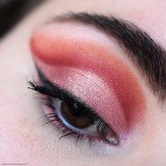 Pink cut crease makeup - revolution reloaded newtrals 2 palette - summer look - eyeliner - coral eye makeup Coral Eye Makeup, Matte Makeup, Makeup For Green Eyes, Eye Makeup Tips, Teal Eyeshadow, Cut Crease Eye, Cut Crease Makeup, Makeup Revolution, Maquillage Yeux Cut Crease