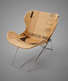 Het zitgedeelte van deze stoel is gemaakt van oud karton. Dit geeft een grappig effect, omdat een stoel normaliter in een kartonnen doos wordt verpakt, maar er nu zelf uit bestaat. Dit is een hergebruikt item en draagt bij aan de verbetering van het milieu.  https://gejst.wordpress.com/