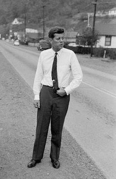 JFK on the campaign trail 1960 John Kennedy, Les Kennedy, Jacqueline Kennedy Onassis, Jaqueline Kennedy, American Presidents, Us Presidents, American History, Celebridades Fashion, Familia Kennedy