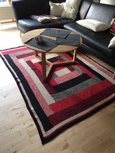 Dette fine tæppe vil pynte fint under sofabordet. Tæppet bliver 150x210 cm. Opskriften finder du her.