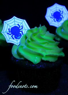 Create glow-in-the-dark cupcakes with tonic water, jello, and neon food coloring! Kids will go crazy for these ghoulishly glowing treats at Halloween! Halloween Cupcakes, Halloween Treats, Halloween Party, Halloween Stuff, Spooky Halloween, Halloween Rocks, Halloween Chocolate, Halloween Recipe, Spirit Halloween