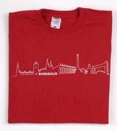 T-shirt BORDEAUX Skyline© rouge - T-shirt à la coupe classique (col rond) orné du logo BORDEAUX Skyline© sur le devant. Moderne et élégant, il apporte une touche urbaine à la silhouette. Un cadeau idéal pour toute occasion et un joli souvenir de Bordeaux.