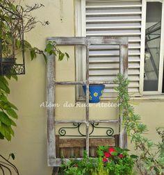 Moldura de janela de demolição by ALÉM DA RUA ATELIER/Veronica Kraemer, via Flickr