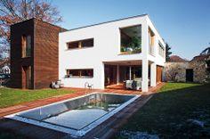 Jednotlivé hmoty hranolů domu jsou odlišeny nejen výškově, ale i materiálově.