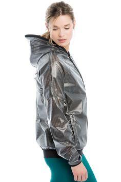 Tuck Lolë's luminous, lightweight jacket into your bag to be ready for the whims of weather. / Rangez ce manteau lumineux ultraléger de Lolë dans votre sac et soyez prête à affronter les caprices de Dame Nature!