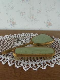 Twee mooie groene borstels. Uit Engeland meegenomen. www.brocantespulletjes.nl