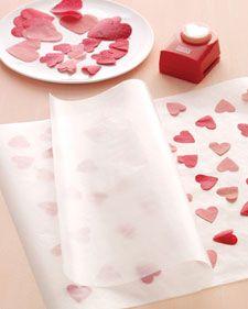 MATERIAL: - Papel manteiga - Papel de seda da cor desejada - Cortador de papel de formato fofo - Ferro de passar roupa COMO FAZER: - Dobre o papel de seda várias vezes e corte com um cortador de pa...