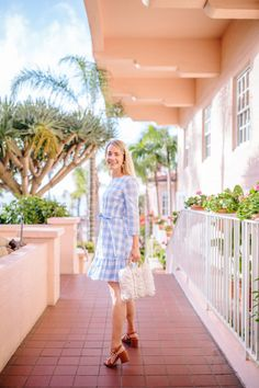 With the arrival of spring and summer right around the corner, I'm sharing the perfect dress for blue and white lovers from resort-ready brand, Persifor! Preppy Style, Mom Style, Future Clothes, Work Clothes, Pink Hotel, Rhyme And Reason, Blue And White Dress, Summer Work Outfits, Red Purses
