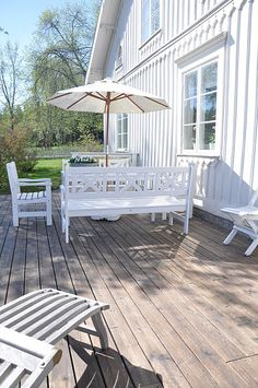 Keeping it simple and fresh just put a couple of potted plants and you're ready for the summer Outdoor Rooms, Outdoor Dining, Outdoor Gardens, Outdoor Furniture Sets, Outdoor Decor, Dream Garden, Home And Garden, Fresco, Country Modern Home