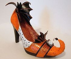 Rio posted Seeing Things: Bat Wing Witch Shoes to their -halloween time!- postboard via the Juxtapost bookmarklet. Halloween Shoes, Halloween Boo, Holidays Halloween, Halloween Crafts, Halloween History, Pretty Halloween, Halloween Pillows, Halloween Witches, Halloween Snacks