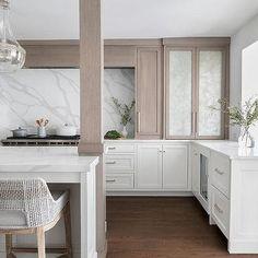 Vintage Interior Design, Interior Design Tips, Design Ideas, Quartz Backsplash, Backsplash Design, Quartz Slab, Blue Kitchen Island, Kitchen Islands, Wooden Pantry