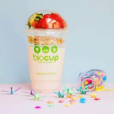 Iogurte de Frutas com Granola e Fruta Fresca do dia #fruta #iogurte #frutas #granola #yogurt #fruit #healthy #saude #copo #cup #shake #shakenshape #gym #comidanocopo #saladcup #biocup #fitness