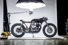 The vintage Honda CB motorcycles are a popular choice for building a cafe racer. Check out this selection of the 10 best custom Honda CB Cafe Racers! Motos Vintage, Vintage Bikes, Vintage Motorcycles, Custom Motorcycles, Custom Bikes, Retro Bikes, Vintage Cafe, Custom Cars, Cb550 Cafe Racer