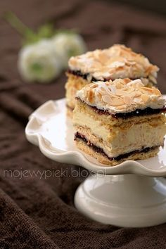 Pani Walewska (Pychotka) Delicious shortbread, sweet meringue, cream and sugar with black currents and almonds Polish Desserts, Polish Recipes, No Bake Desserts, Delicious Desserts, Sweet Recipes, Cake Recipes, Dessert Recipes, Different Cakes, Russian Recipes