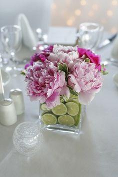 Decoración de mesa con cristal y peonias