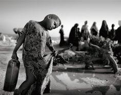 Ein Kind, ein Kleid, ein Kanister. Familien fliehen vor dem Krieg, Dörfer verwaisen. Erreichen die Menschen die Hauptstadt, ändert sich ihr Leben, aber besser wird es nicht - sie sind auf der Suche nach Essen und Schutz, jeden einzelnen Tag.