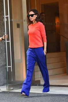 11 Looks von Victoria Beckham in bunten Hosen von Aí - Fashionismo - 11 Looks von Victoria Beckham in bunten Hosen - Victoria Beckham Outfits, Moda Victoria Beckham, Victoria Beckham Fashion, Viktoria Beckham, Business Fashion, Casual Chic, Look 2017, Victoria Fashion, Kendall Jenner Outfits